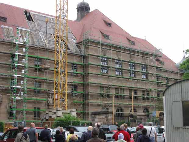 Photographic image of the Nuernberg Courthouse under renovation